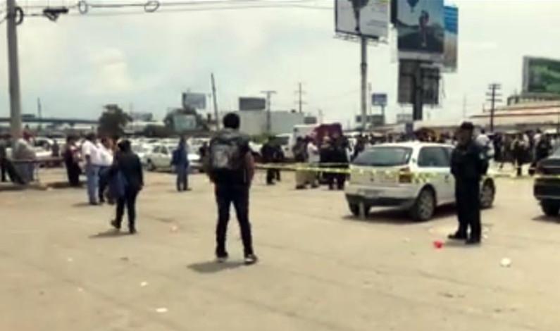 A balazos disputan base de taxis; un muerto y dos heridos de bala