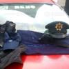 Aprehenden sujeto con uniformes e insignias policiacas, al parecer falsas