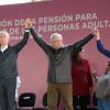 Entregan AMLO y Del Mazo primeras pensiones a adultos mayores