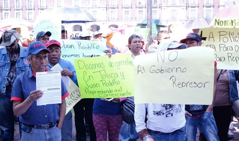 Trastornan vialidad con marcha los comerciantes ilegales desalojados en Toluca