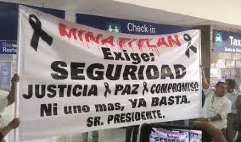 """Pobladores de Minatitlán reciben a AMLO """"con gritos"""" exigiendo justicia"""