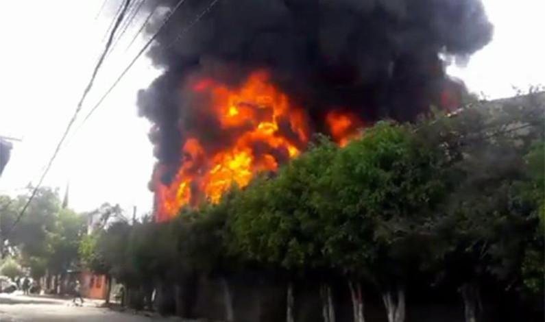 Arroja dos lesionados fuerte incendio en Ecatepec