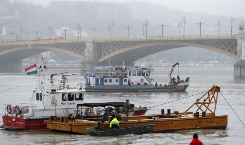 Naufraga barco turístico en el río Danubio