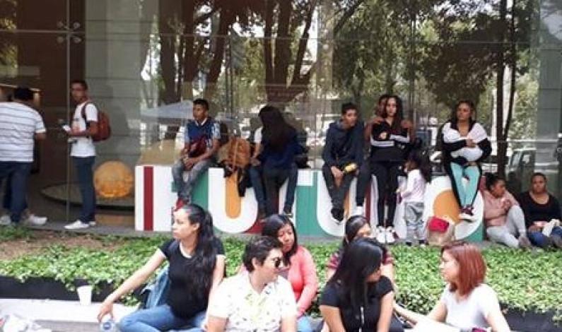 Jóvenes se manifiestan en la Secretaría de Trabajo por falta de pago en becas de AMLO