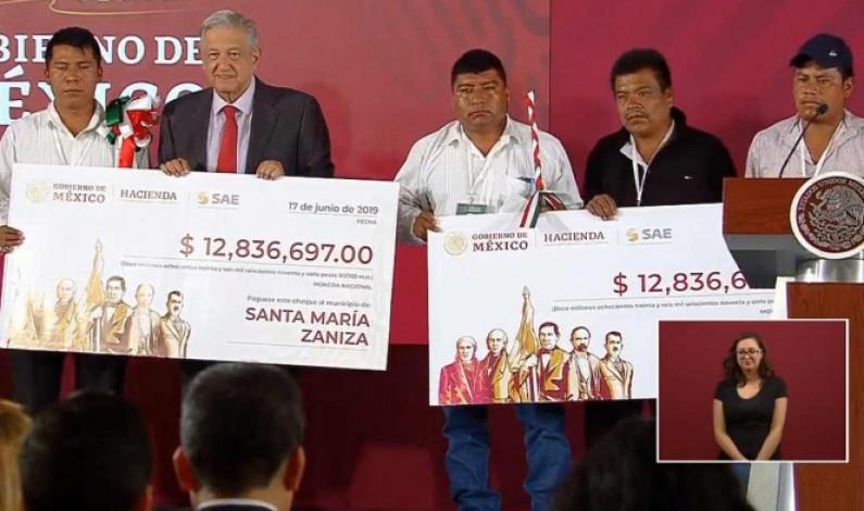Entrega AMLO recursos de subasta de autos a municipios de Oaxaca