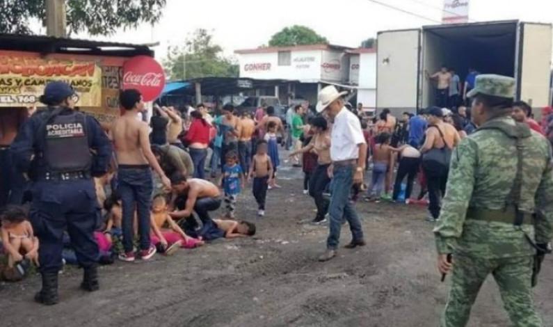 Rescatan a más de cien migrantes encerrados en una caja de tráiler en Veracruz
