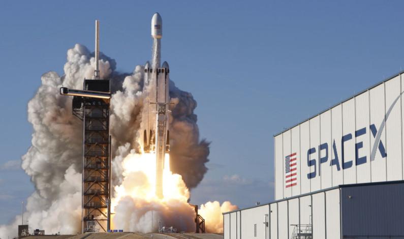 """Lanza SpaceX al espacio cohete """"Falcon Heavy"""" con 24 satélites"""