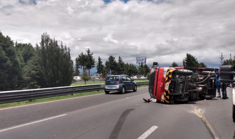 Horas de tráfico a vuelta de rueda dejó volcadura en Paseo Tollocan