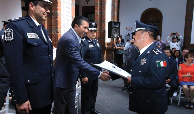 Reconocen los años brindados por policías de Toluca al servicio de la sociedad