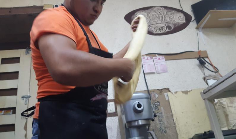 Cumple Eugenio Chávez una década de elaborar Roscas de Reyes