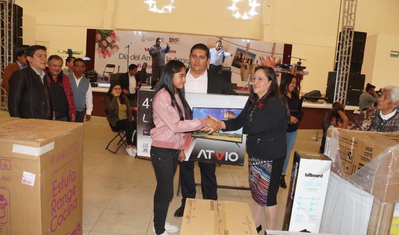 Celebra Almoloya de Juárez a sus adultos mayores, madres y niños por el Día del Amor