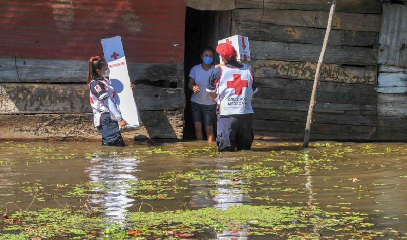 Llevan ayuda a comunidades anegadas del municipio de Centro, Tabasco, voluntarios de Cruz Roja Mexicana