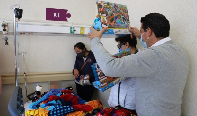 Visitan Reyes Magos a enfermos del Hospital del Niño