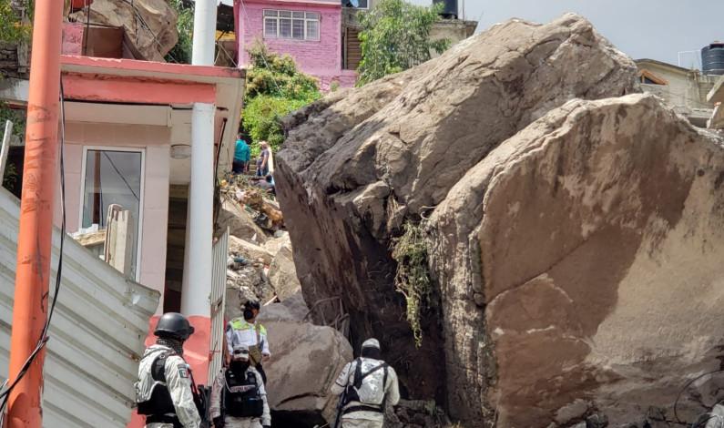Atienden cuerpos de emergencias deslave en Tlalnepantla